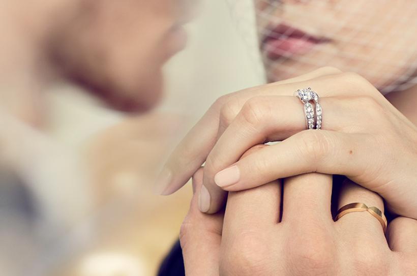 đeo nhẫn cưới tay nào font